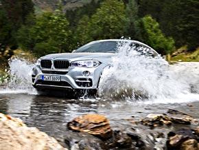 Der BMW X6 bei der Fahrt durch einen Gebirgsbach