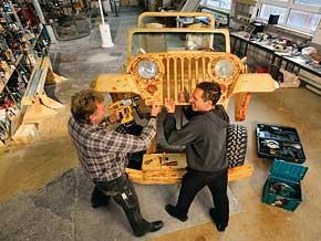 2 Männer schrauben an Jeep in Halle