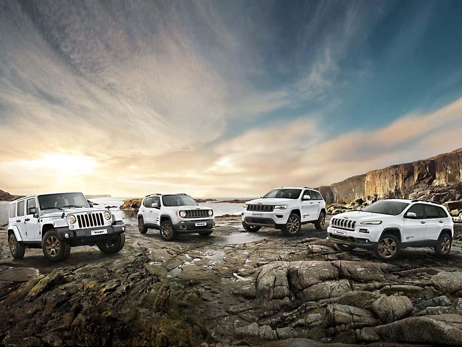 Aufgereiht von links nach rechts die 75th Anniversary Modelle Jeep Wrangler, Renegade, Grand Cherokee und Cherokee