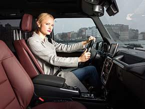 Franziska Knuppe am Steuer des Mercedes G