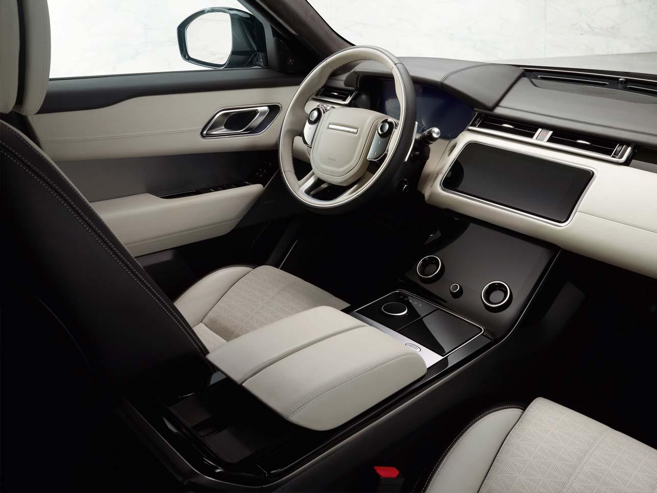 """Von der erhöhten und sportlichen Sitzposition, dem Head-up-Display und zwei 10,2""""-Touchscreens verschiebbaren Armlehnen bis hin zur konfigurierbaren Ambiente-Innenraumbeleuchtung wurde an alles gedacht, was zu einem modernen, komfortablen Fahrerlebnis dazugehört."""