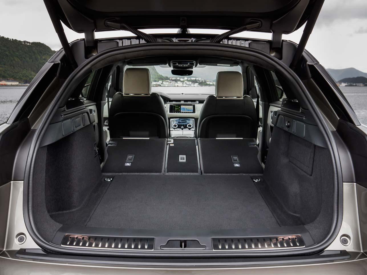 Trotz luxuriöser Ausstattung bietet der Velar einen großen Gepäckraum und komplett umklappbare Rücksitze.