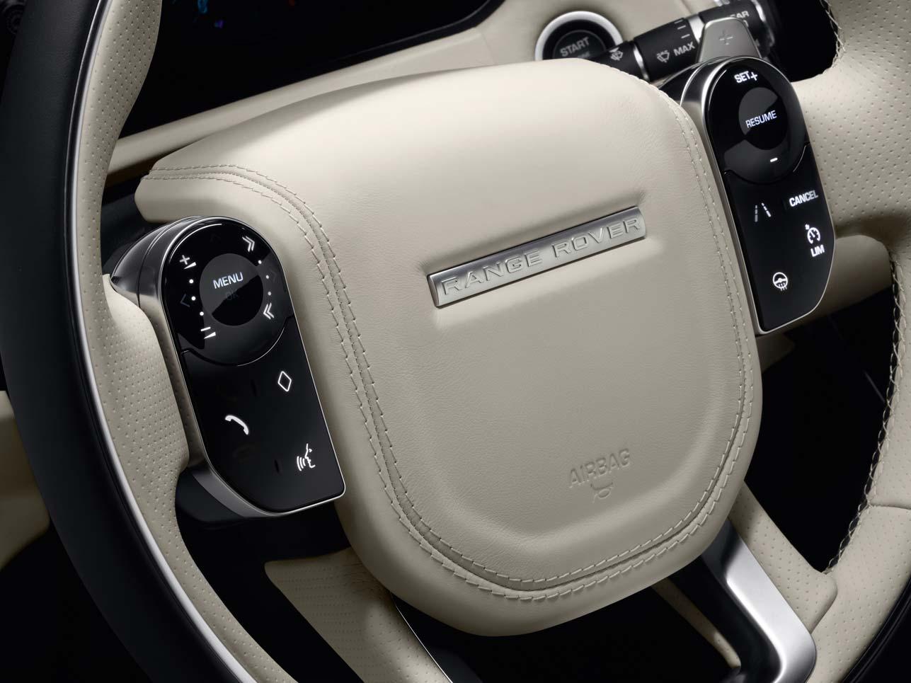 Die versteckten Bedienelemente am Lenkrad, die erst bei Aktivierung einer Funktion sichtbar werden, sorgen für eine geradlinige Optik im Innenraum.