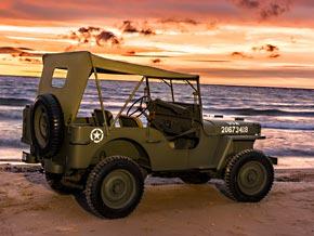 Willys MB am Strand bei Sonnenuntergang