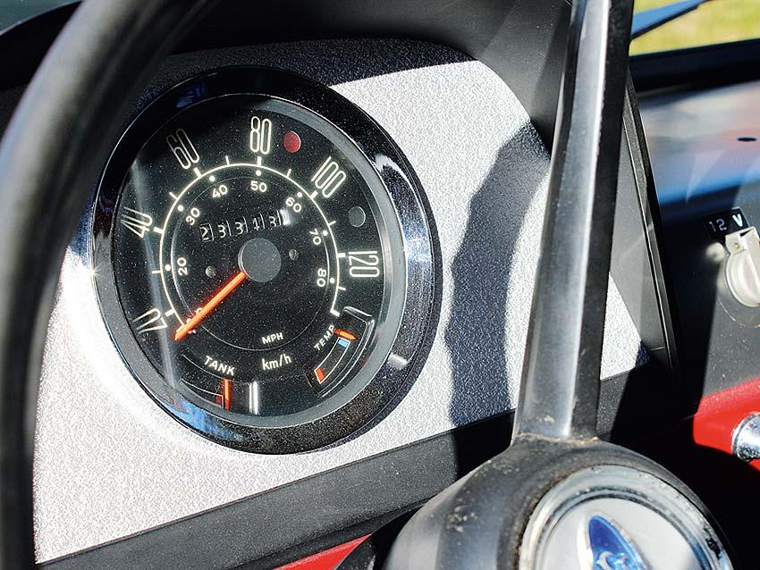 Der Tacho als einziges Rundinstrument informiert nur über das Nötigste: Tempo, Tankfüllstand, gefahrene Kilometer und Öltemperatur.