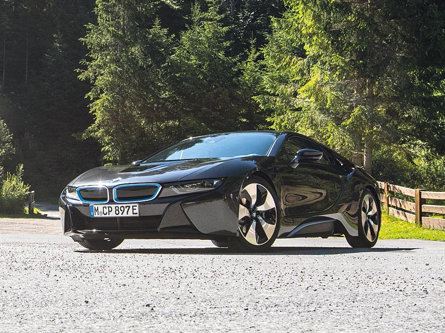 Der BMW i8 bringt alle Merkmale eines reinrassigen Sportwagens mit.