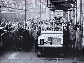 Projektingenieur Arthur Goddard (dritter von rechts) mit dem fünfzigtausendsten Land Rover in 1952.