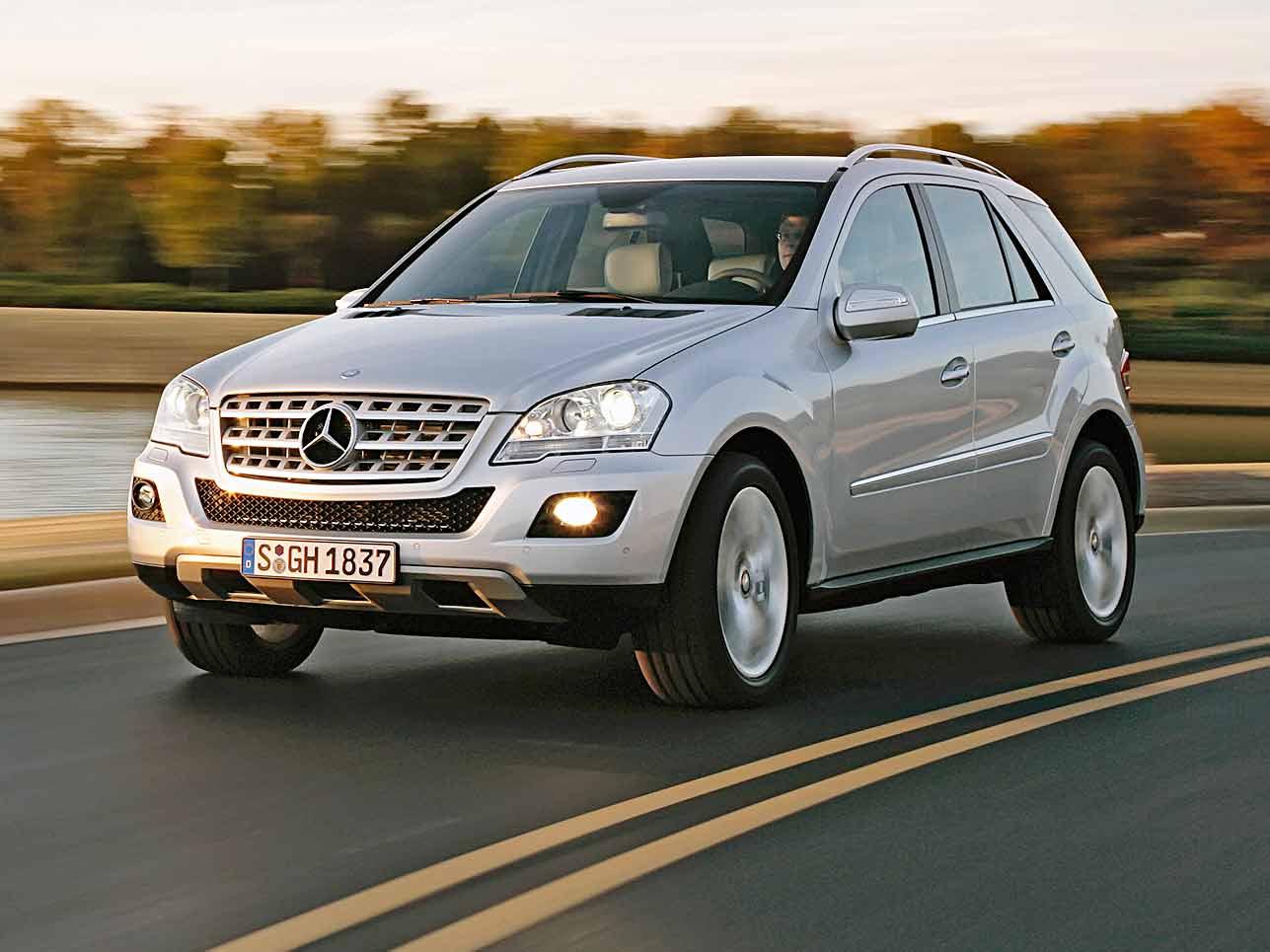 """[h3]1997, Mercedes-Benz M-Klasse[/h3] Der erste SUV von Mercedes-Benz (im Bild: ML 500 von 2008) wird im amerikanischen Werk Tuscaloosa gebaut – ganz klar, auf welchen Markt die Stuttgarter damit hofften. Doch das zugstarke Fahrzeug fand auch hierzulande schnell seine Freunde. Weil BMW bereits das """"M"""" für seine Sportmodelle reserviert hat, musste Mercedes dem """"M"""" die """"Klasse"""" folgen lassen. Die einzelnen Modelle heißen dagegen """"ML""""."""