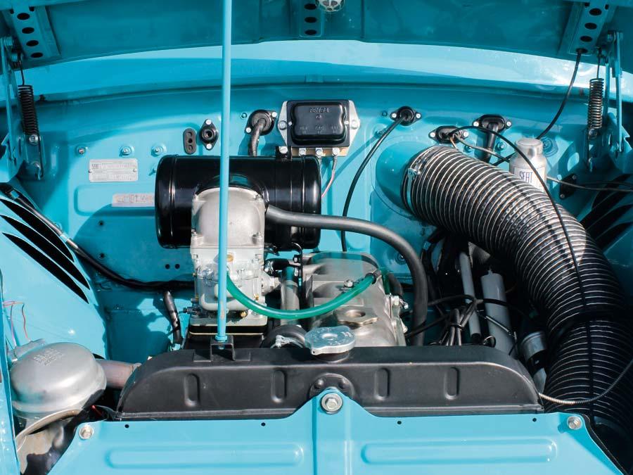 Wo ist der Motor? Da muss man schon suchen. Immerhin leistet der Vierzylinder 58 PS.