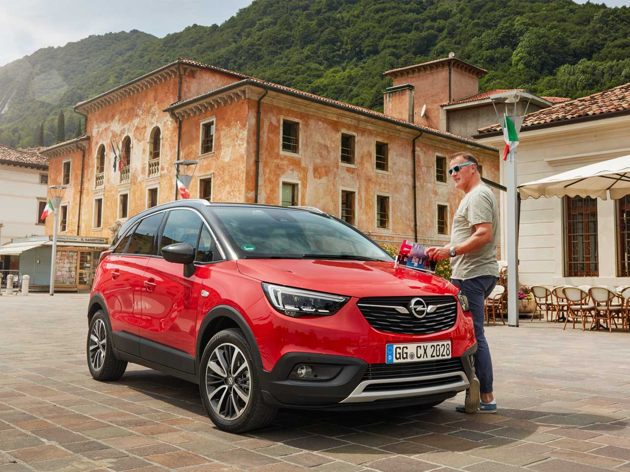 Chefredakteur Hartmut dam genießt mit dem Opel Crossland das Dolce Vita.