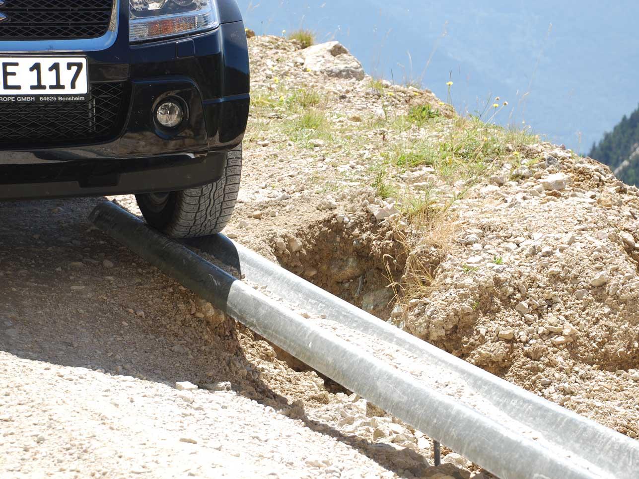 Wegen Erdrutschen führt die Route schon mal über eine Eisenschiene am Abgrund entlang.