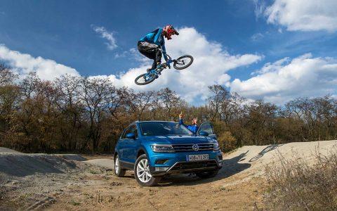 FAT-Redakteur Klaus Ludewig ist begeistert vom neuen Tiguan und den spektakulären Einlagen des Profi-Bikers.